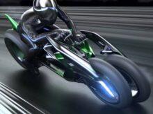 Jak KTM, který představil model X-Bow, tak Polaris se svým prakem, si toho dokonale uvědomují. Ten je také tříkolka, trochu hybridní motorky, auta a Can-Am. Ale je to prak, který se zdá nejblíže konceptu Kawasaki. Základní výhodou tříkolky Kawasaki nad Slingshotem bude schopnost bývalého se oplátnout. Uskuteční se docela zajímavým způsobem - přední kola, obvykle automobilová, budou trvale vzpřímená, zatímco zadní kolo, motocykl, připevněné ke kostře vozidla, se s ním nakloní. To má řidiči poskytnout pocity podobné těm, které zažívá motocyklista při řízení. Dalším typickým prvkem pro Kawasaki bude motor umístěný za řidičem. Převede sílu na zadní kolo prostřednictvím řetězu přes převodovku. A pokud jsme u motoru - s největší pravděpodobností bude použita spalovací jednotka, ačkoli dokumentace také zmiňuje možnost použití elektrického nebo hybridního pohonu. Zajímavé je, že Kawasaki před několika lety ukázal J-Concept , což byla také tříkolka, která se střídavě opírala.