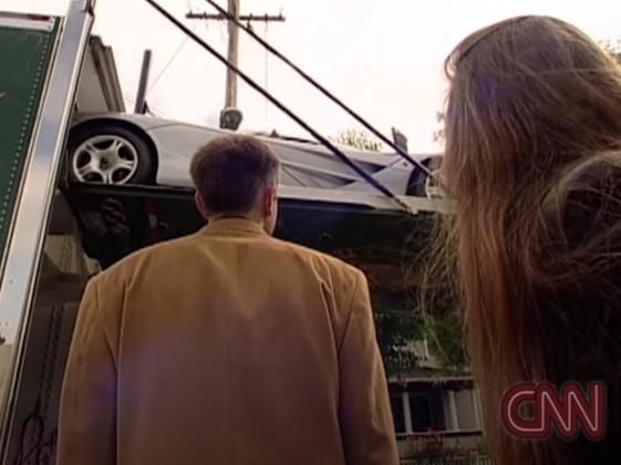 Elon Musk a jeho snoubenka převzali transport McLaren F1 (1999) / CNN